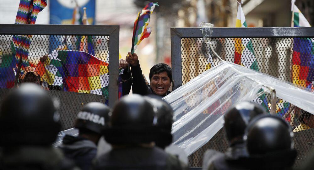 Apoiadores do ex-presidente boliviano Evo Morales tentando entrar na área do Congresso em La Paz, Bolívia