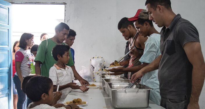 Distribuição de comida em centro de acolhida para refugiados venezuelanos.