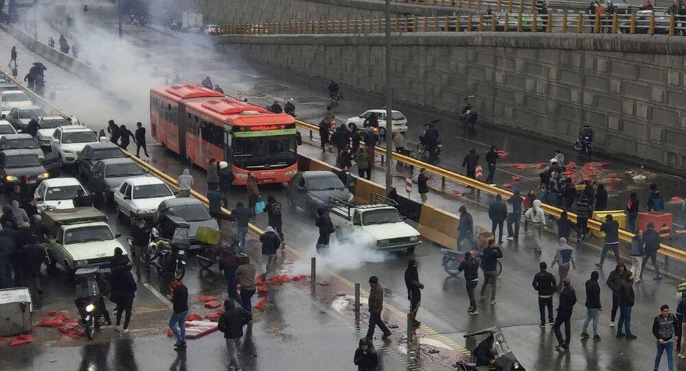 Manifestantes foram às ruas em Teerã contra o aumento dos combustíveis