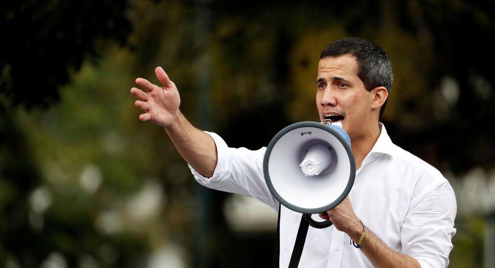 Juan Guaidó, líder da oposição venezuelana, que muitas nações reconheceram como o governante provisório legítimo do país, conversa com apoiadores perto da embaixada da Bolívia em Caracas, Venezuela, 16 de novembro de 2019
