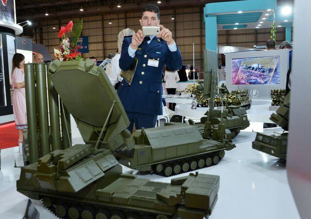 Visitante observa maquetes de sistemas de defesa antiaérea russos no stand da empresa russa Rosoboroneksport no Dubai Airshow 2019