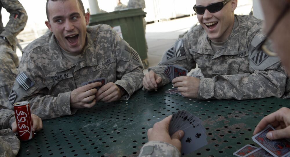 Soldados norte-americanos jogam cartas em Bagdá, em 2010