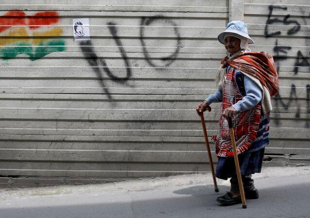 Senhora indígena caminha pelas ruas de La Paz após protestos. Crise política no país começou em 21 de Outubro, após resultados preliminares de eleições presidenciais