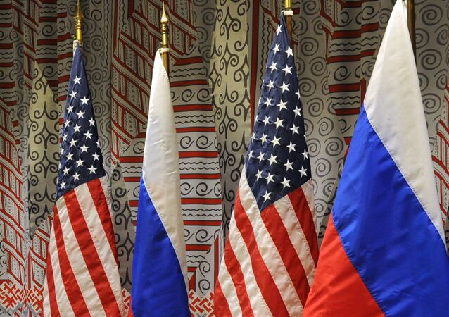 Bandeiras da Rússia e dos Estados Unidos