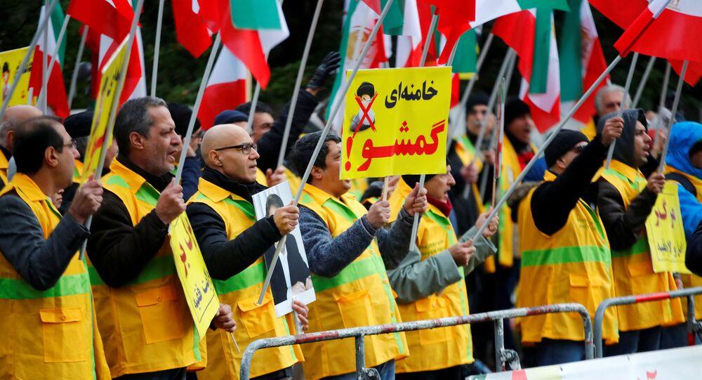 Manifestantes durante protestos organizados pelo Conselho de Resistência do Irã na Alemanha para objetar ao aumento do preço dos combustíveis no Irã, realizado em Berlim, no dia 17 de novembro de 2019
