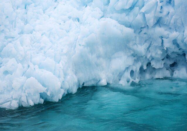 Iceberg no oceano Ártico (foto de arquivo)