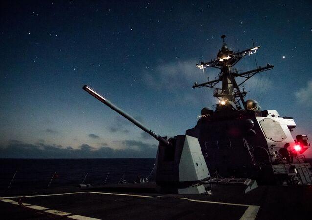 O destróier USS Dewey equipado com uma MK 45 durante operações da 3ª frota no oceano Pacífico em 18 de agosto de 2018.