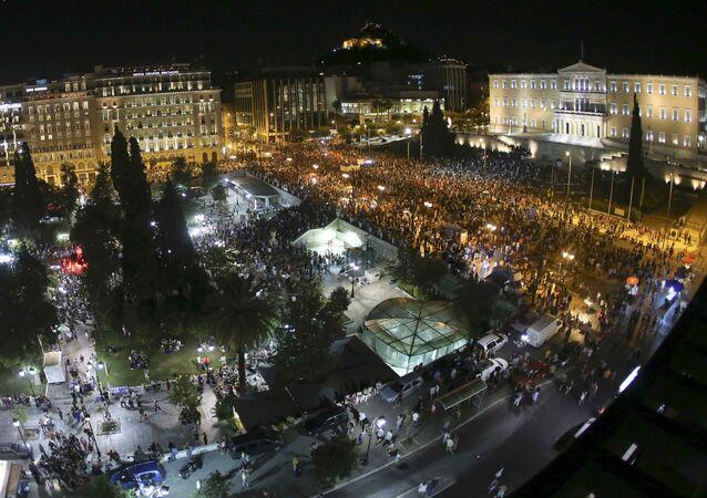 Uma visão geral dos eleitores do 'não à austeridade' que se reuniram para celebrar o resultado do referendo em frente ao parlamento grego, na Praça Syntagma, em Atenas