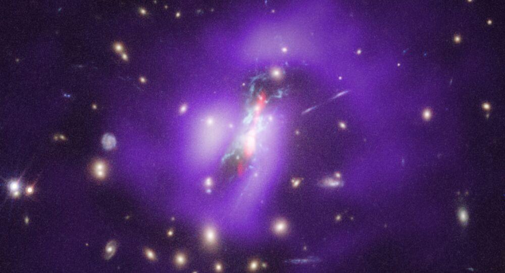 Estrelas estão nascendo nas profundezas de um buraco negro, no aglomerado de galáxias Phoenix Cluster