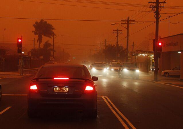 Carros esperam nos semáforos durante tempestade de poeira em Sydney, Austrália (imagem de arquivo)