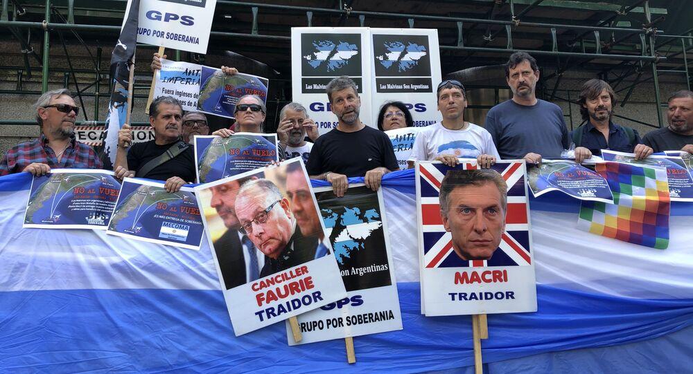 Veteranos e familiares de ex-combatentes da guerra das de Malvinas (1982) se manifiestam na frente da Ministério das Relações Exteriores da Argentina, em Buenos Aires