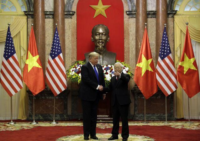 O presidente Donald Trump encontra-se com o presidente vietnamita Nguyen Phu Trong no Palácio Presidencial em Hanói, no Vietnã, 27 de fevereiro de 2019