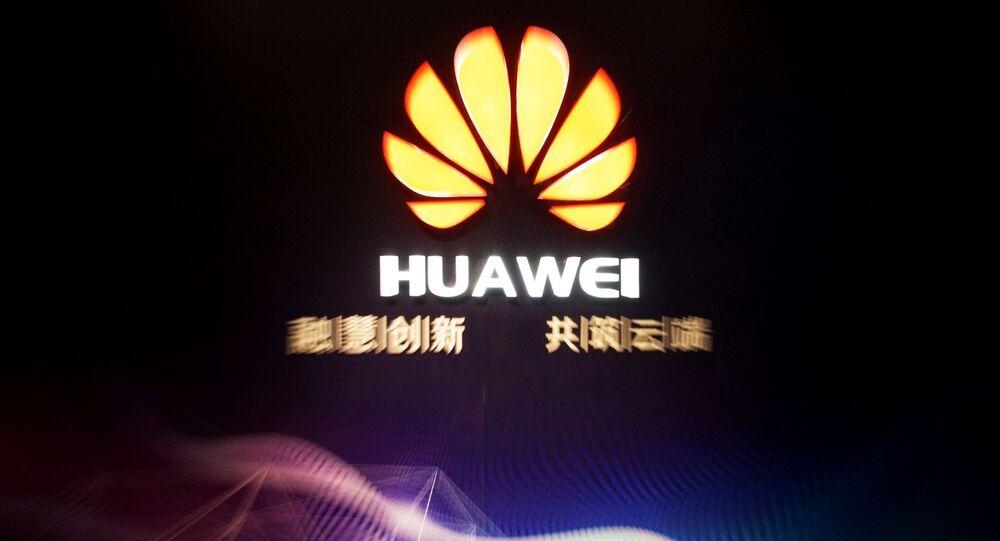 Logo da Huawei em zona industrial na cidade de Jining, na China.