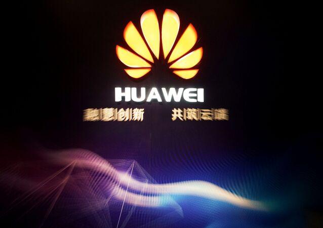 Logo da Huawei em zona industrial na cidade de Jining, na China