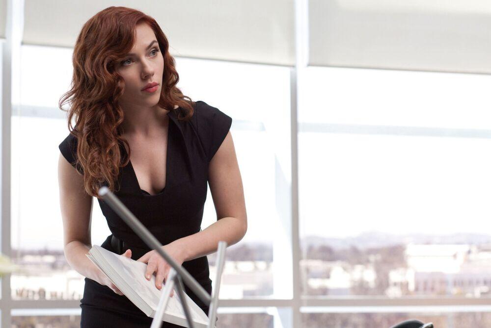 Scarlett Johansson, aos 26 anos, de cabelos ruivos no filme Homem de Ferro 2, do diretor Jon Favreau, produzido pelos estúdios Marvel