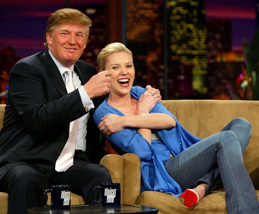 Scarlett, aos 20 anos de idade, participa junto com Donald Trump do programa norte-americano The Tonight Show with Jay Leno, em 2004