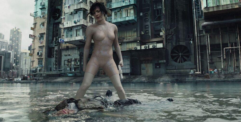 A atriz, aos 33 anos, em cena no filme Agente do futuro, ficção científica cyberpunk dirigida por Rupert Sanders, em 2017