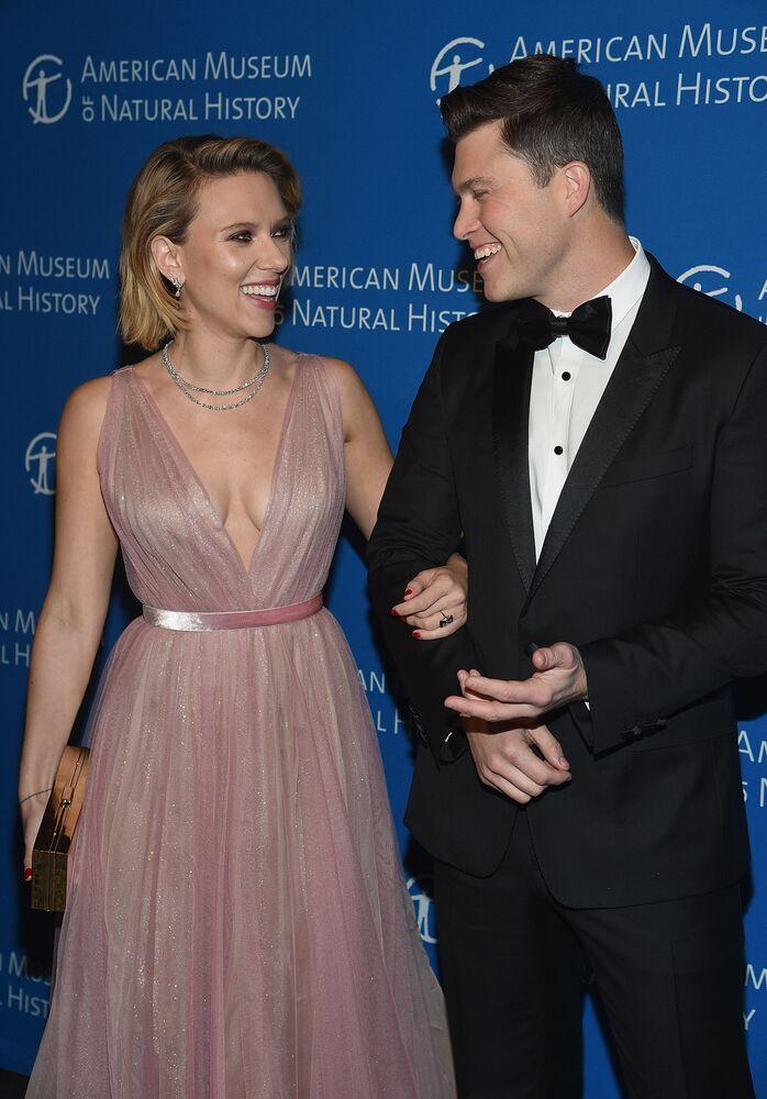 A diva, aos 34 anos, participa de gala no Museu de História Natural de Nova York, acompanhada pelo ator Colin Jost, em novembro de 2018