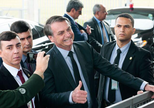 Presidente Jair Bolsonaro fala à imprensa na saída do Palácio do Planalto, em Brasília, em 20 de novembro de 2019