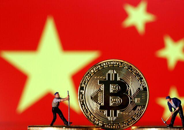 Ilustração mostra figuras de brinquedo, representando homens 'minerando' Bitcoins, com uma bandeira chinesa ao fundo