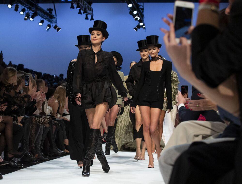Modelos em desfile de moda do designer lituano Juozas Statkevicius em Vilnius, Lituânia