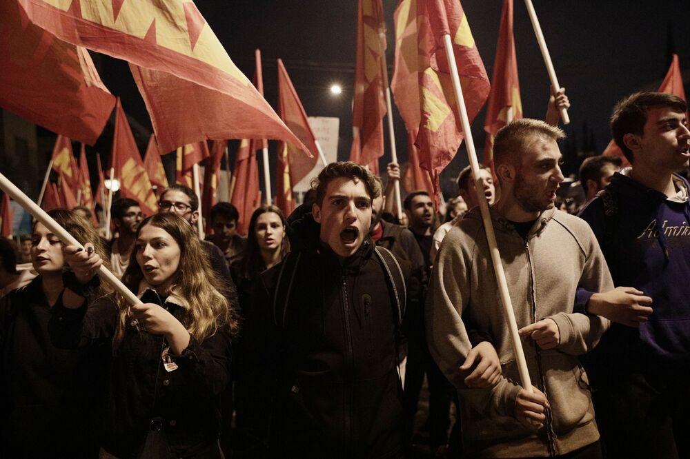 Participantes de ação de protesto em Atenas, Grécia