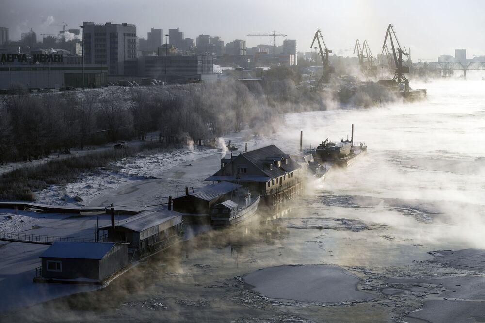 Barcaças atracadas e restaurante sobre o rio Ob, na cidade russa de Novossibirsk