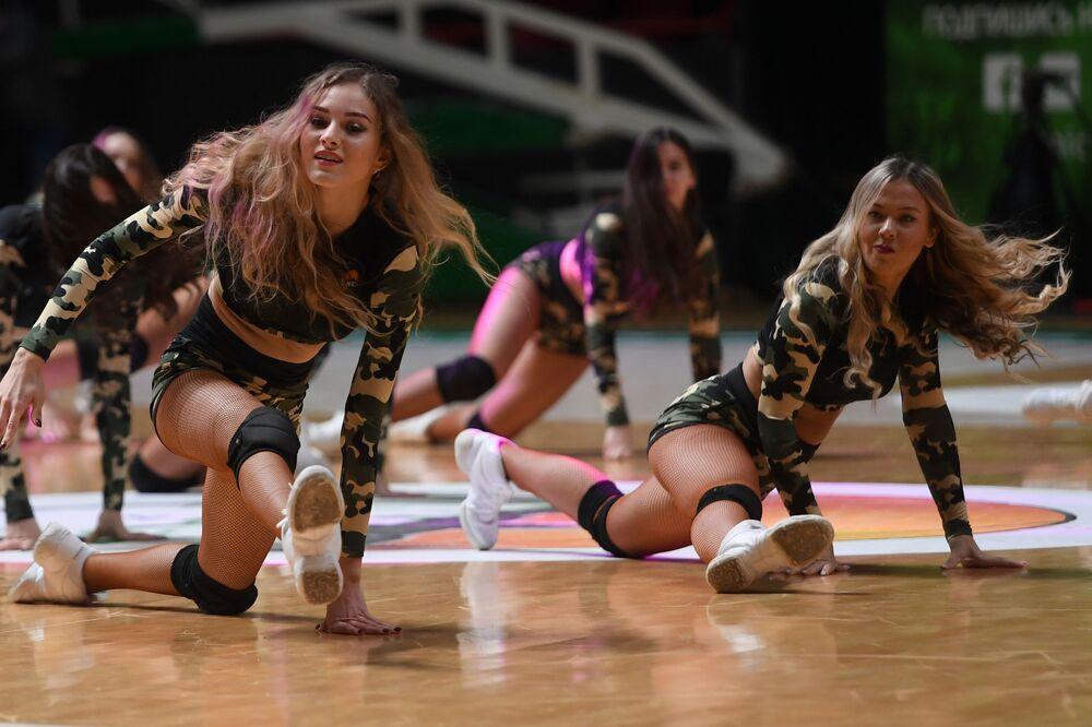 Animadoras de torcida do clube de basquete russo BK UNIKS durante a Copa da Europa de Basquetebol 2019/20