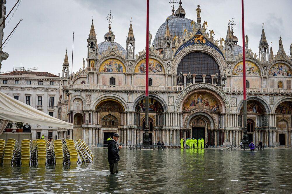 Praça de San Marco, em Veneza, durante a inundação que assolou a cidade italiana