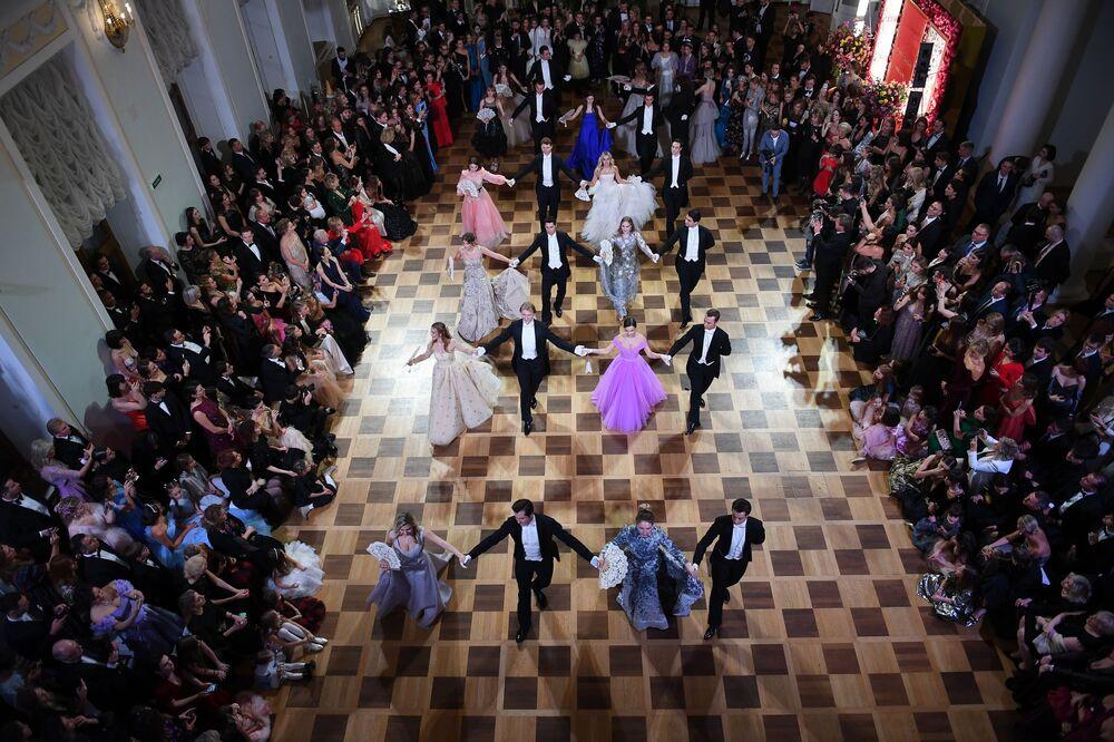 Participantes do baile de gala da revista Tatler no palacete de Pashkov, em Moscou, Rússia