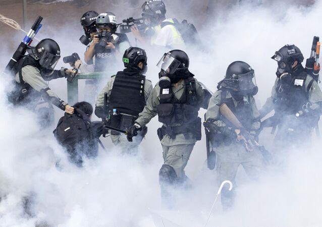 Policiais de Hong Kong durante embates com manifestantes locais na Universidade Politécnica de Hong Kong, China