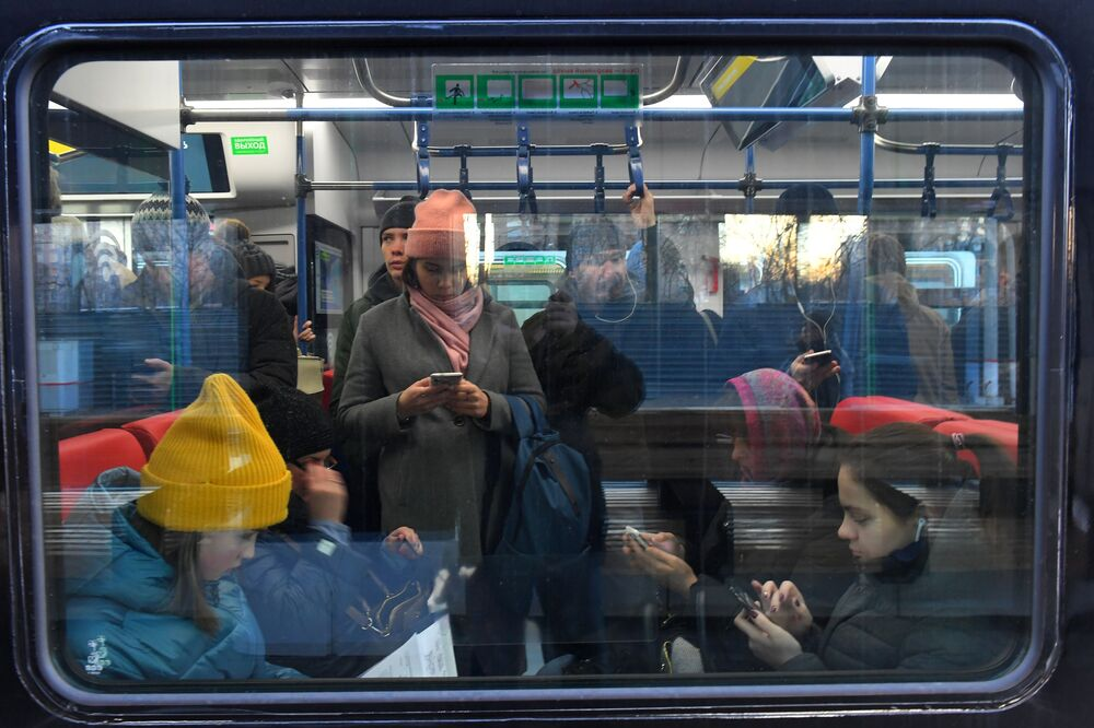 Passageiros em trem da nova linha ferroviária moscovita MTsD