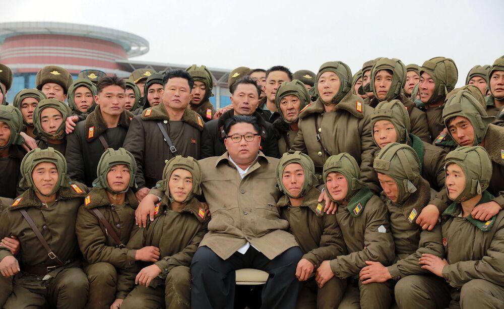 Líder norte-coreano, Kim Jong-un, posa para foto com soldados da Força de Defesa Antiaérea e da Força Aérea da Coreia do Norte durante treinamento