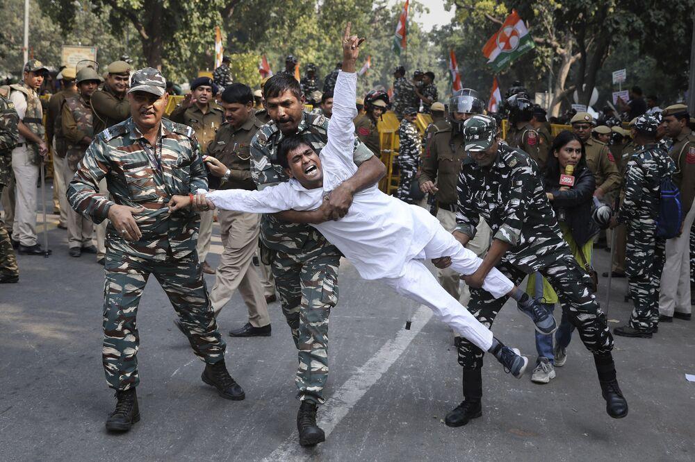 Militares indianos detêm apoiador do partido Congresso Nacional Indiano na capital Nova Deli