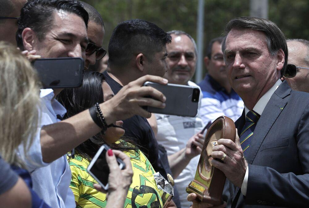 Presidente Bolsonaro tira fotos para público presente na celebração do Dia da Bandeira Nacional em Brasília