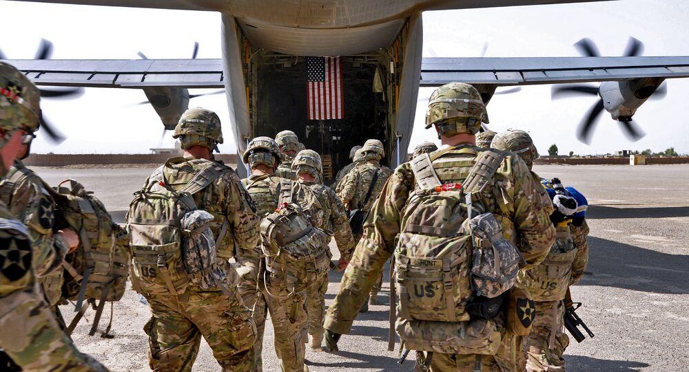 Soldados norte-americanos entram em avião militar de transporte