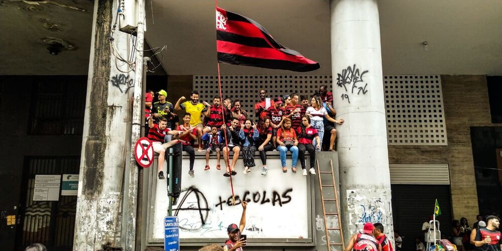 Torcedores do Flamengo aguardam a chegada dos jogadores do clube no Centro do Rio de Janeiro