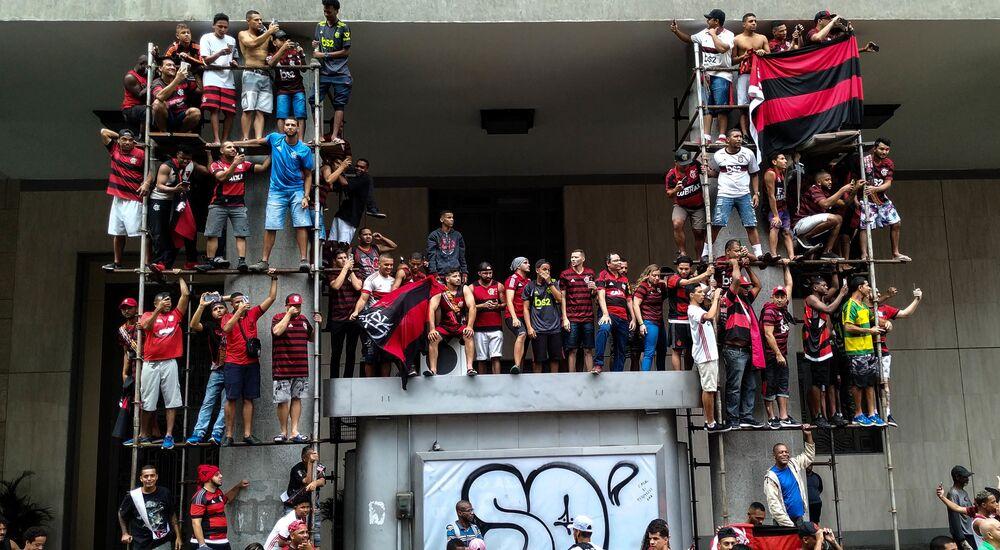 Torcedores se aglomeram em arquibancada improvisada na avenida Presidente Vargas