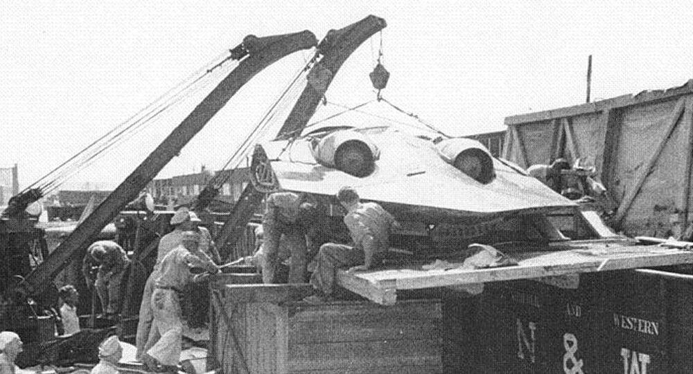O Horten Ho 229 sendo descarregado depois de ter chegado às mãos dos militares dos EUA