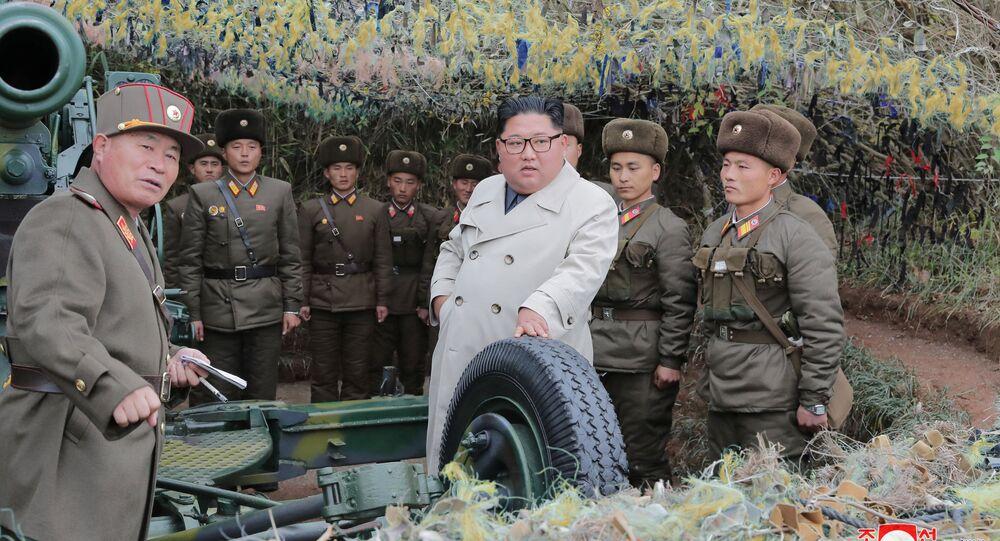 Líder norte-coreano Kim Jong Un visitando a posição defensiva de Changrindo