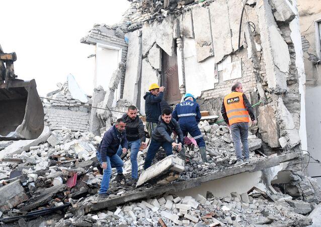 Socorristas em meio aos destroços de um prédio na cidade de Thumane, a cerca de 34 km da capital albanesa de Tirana