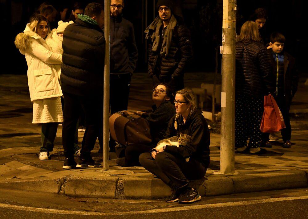 Moradores de Tirana em uma rua da cidade após o terremoto de magnitude 6,4