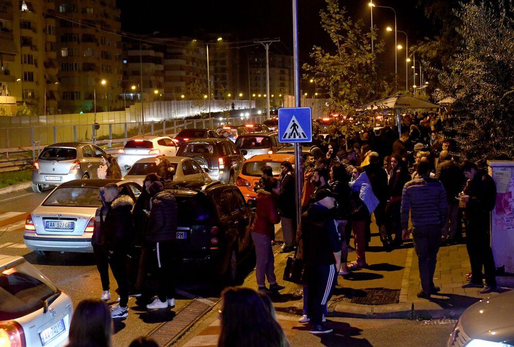 Concentração de moradores em uma das ruas da capital albanesa, Tirana, após forte terremoto de magnitude 6,4 atingir o país