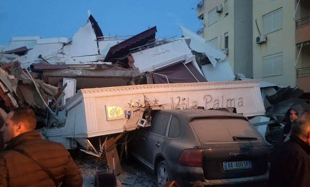 Populares perto de escombros de um hotel em Durres, no oeste da Albânia