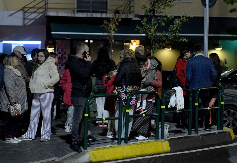 Moradores de Tirana se concentram em uma das ruas da capital da Albânia