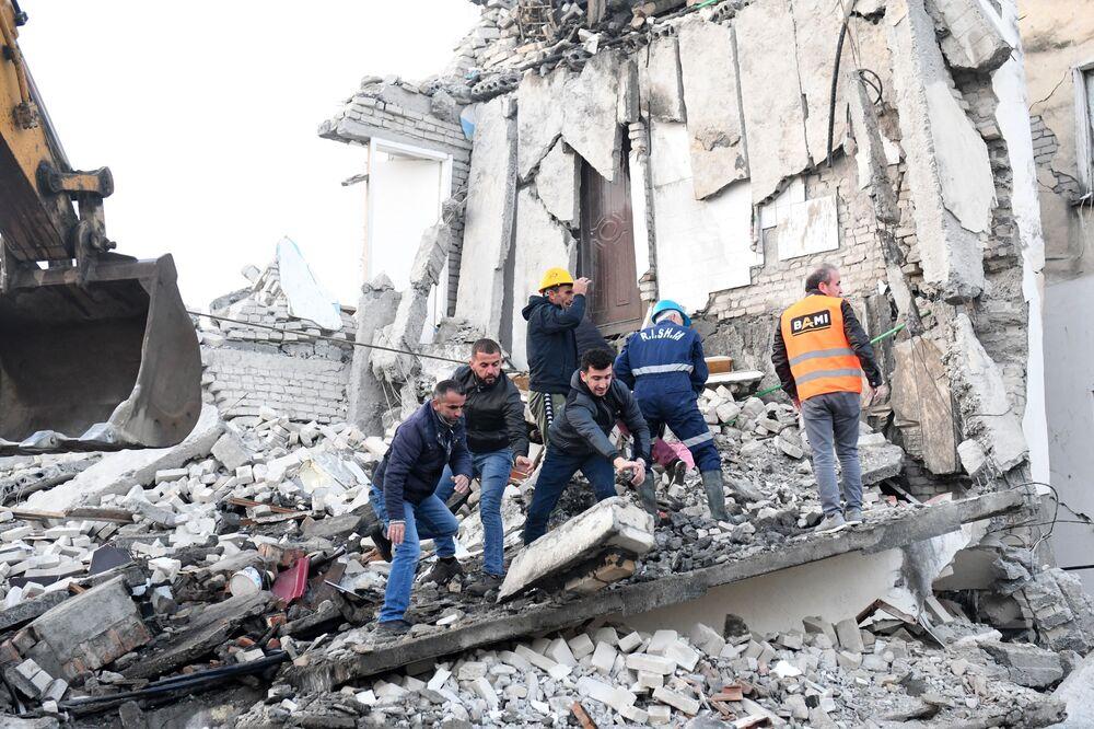 Socorristas entre escombros de um prédio em Thumane, na Albânia