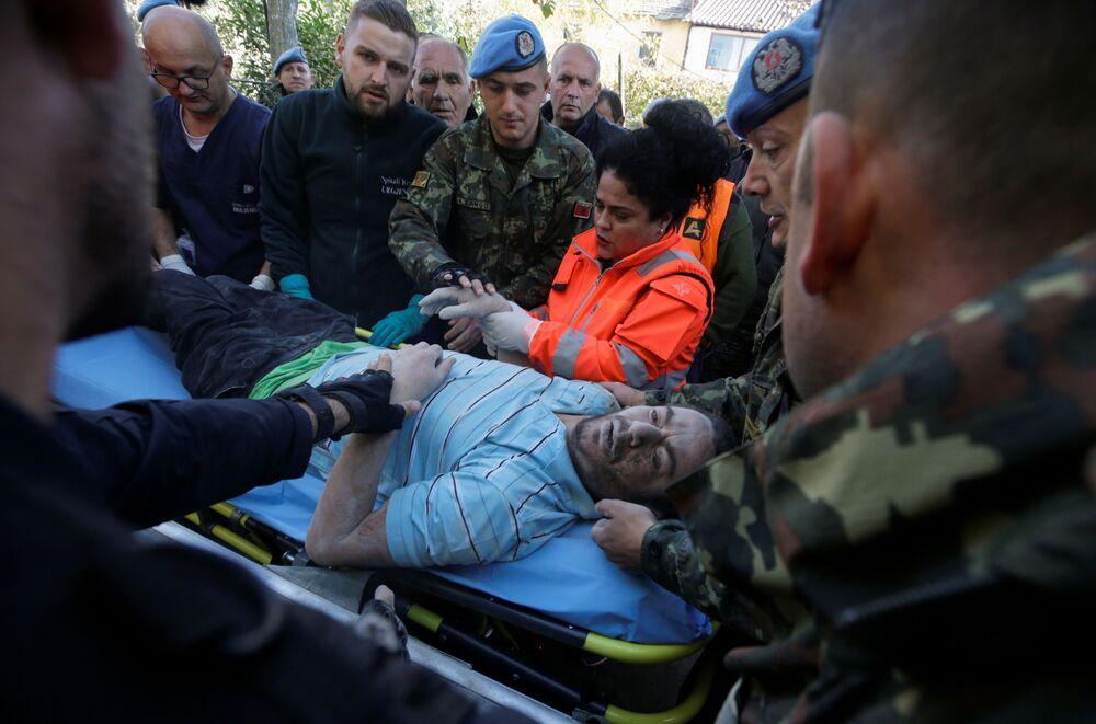Equipe de resgate presta socorro a uma das vítimas do terremoto em Thumane, na Albânia