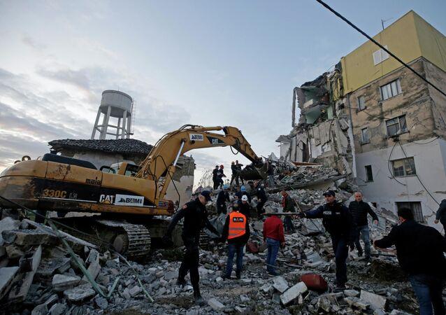 Escavadeira remove entulho de escombros causados por terremoto na Albânia