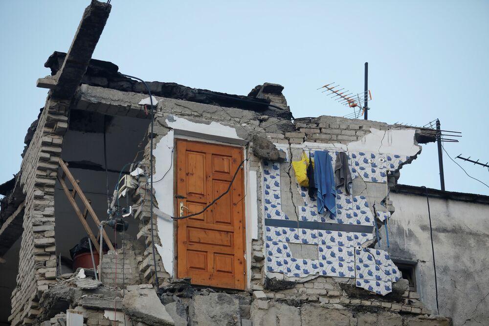 Porta resiste ao desabamento de edifício após terremoto na Albânia