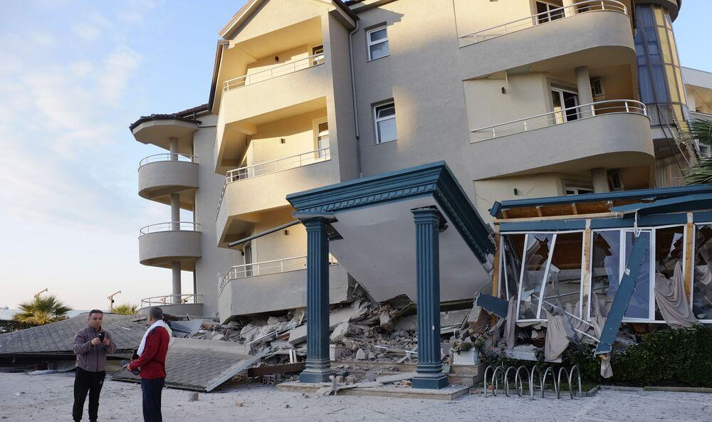 Dois homens em frente a um prédio afetado pelo terremoto que sacudiu a Albânia em 26 de novembro de 2019